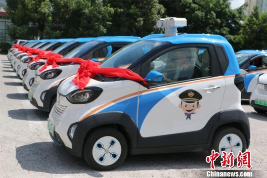 柳州城管启用智慧采集车,智能采集违法行为。 林馨 摄