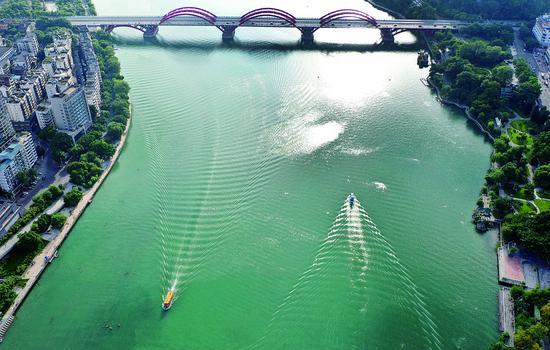 8月16日,水上公交船从柳江上经过。 黎寒池 摄