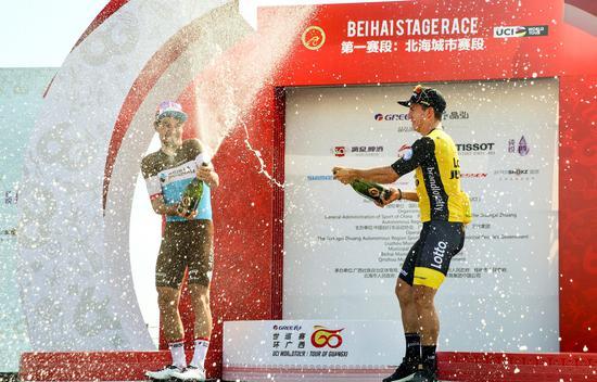 赛段冠军、格力总成绩红衫、李宁最佳年轻车手白衫:格鲁内维亨(荷兰乐透珍宝),漓江啤酒冲刺王蓝衫、百年人寿爬坡王绿衫:迪利尔(AG2R )开香槟庆祝胜利