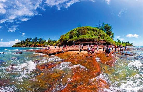 游客在涠洲岛游玩