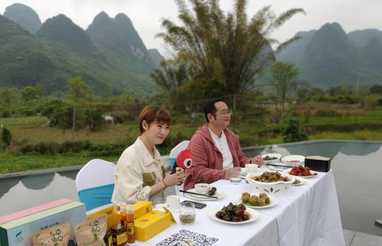 主播品尝酿菜、啤酒鱼,与易亩田民宿老板肥哥畅聊阳朔特色美食