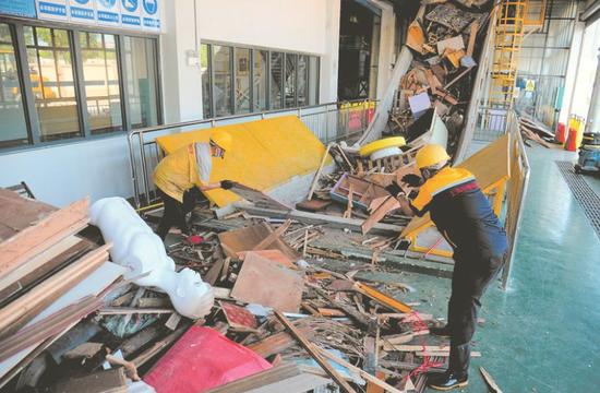工人把垃圾放进传送带本报记者宋延康摄