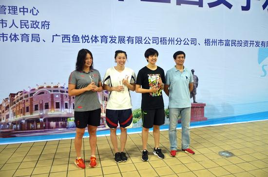 """""""最有价值球员""""熊敦瀚(左)、""""最佳射手""""王歆艳(中)、""""最佳守门员""""张佳琪(右)三人与颁奖嘉宾合影留念。(张超浩摄)"""