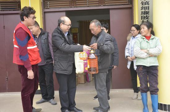邮储银行北海市分行党委副书记、副行长黄本松深入贫困户家中走访