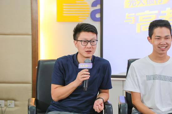 数学老师黄邵华回答现场观众以及直播间网友的提问