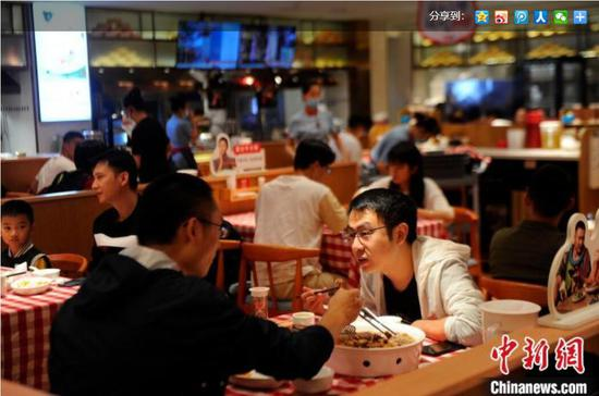 南宁桂小厨万象城店现排队用餐场景。 蒋雪林 摄