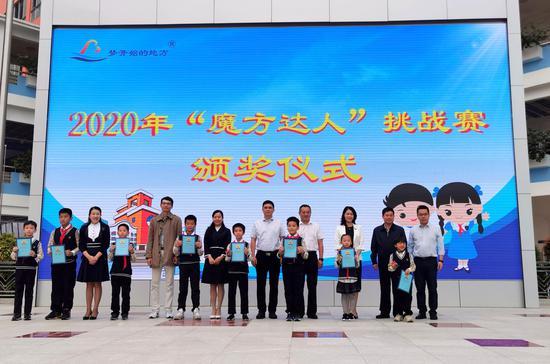 领导嘉宾为比赛获胜选手颁奖。