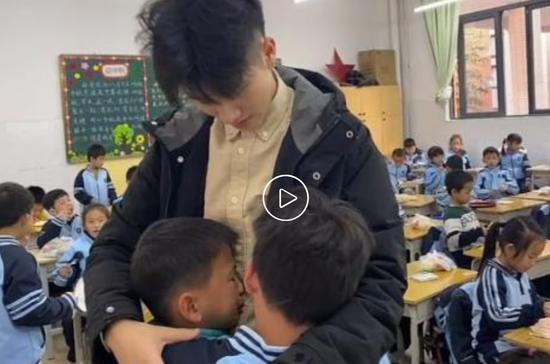 广西南宁一名老师实习期满将离校 学生哭着挽留