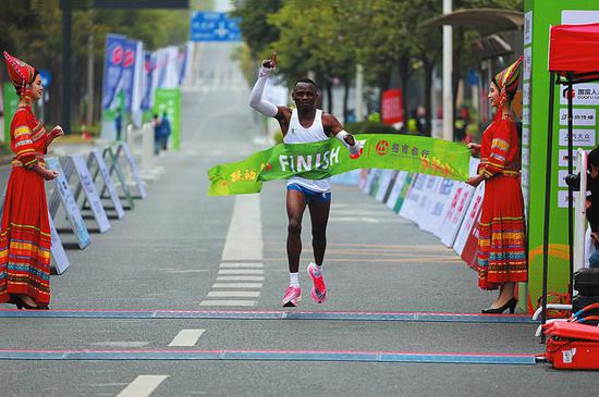 肯尼亚选手获得男子全程马拉松冠军本报记者程勇可摄