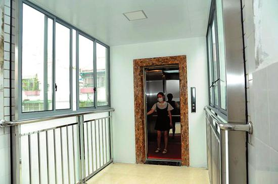 ◀光明苑小区刚投入使用的电梯 (自治区住房城乡建设厅供图)