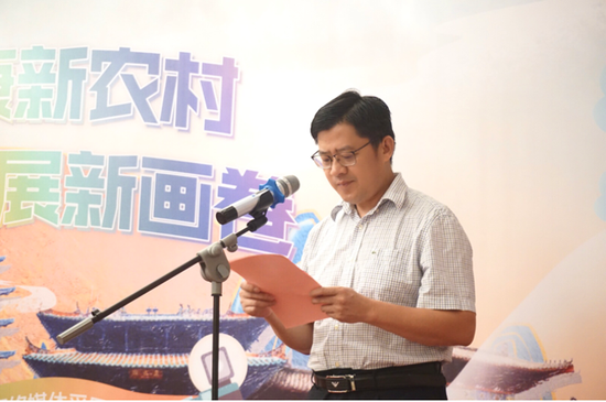 图为玉林市委宣传部副部长、市新闻出版局局长邓良章 主持活动(黄耀林/摄)
