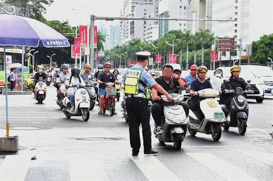 南宁电动车新规施行半个多月 市民出门90%都戴好头盔
