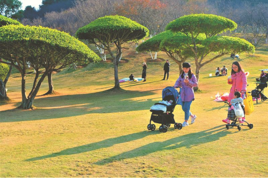天气回暖,市民带孩子在公园晒太阳本报记者宋延康摄