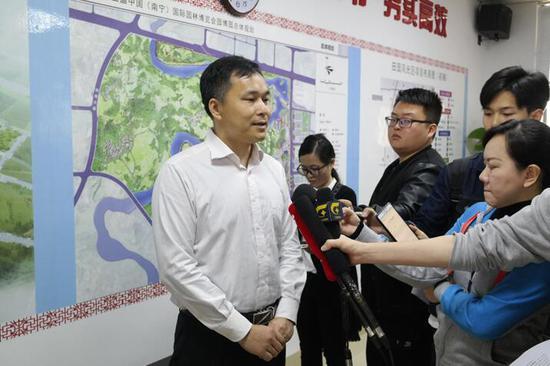 邕宁区委常委、区委宣传部部长苏东山在介绍园区情况 韦芳婷/摄