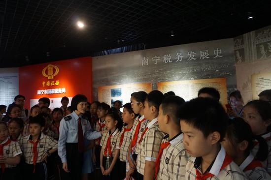 同学们在参观南宁市国税局税收文化展厅(李洁摄)