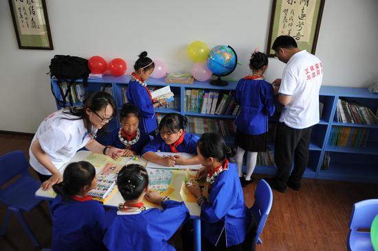 学生们认真看书,渴望获取知识