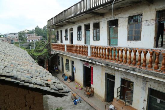 滕润鑫家族共住的村房。摄/黄媛