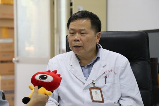 广西医科大学第一附属医院主任医师罗建明接受采访。摄/黄媛