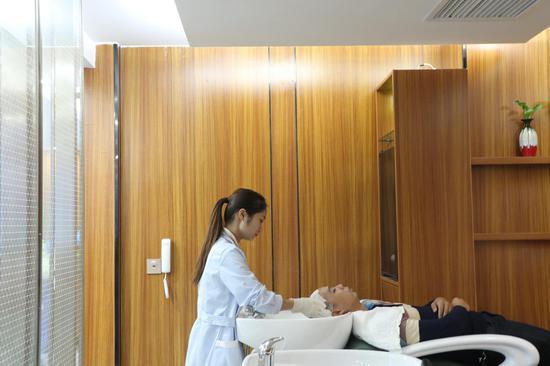 专业医师正在为客户进行专业服务