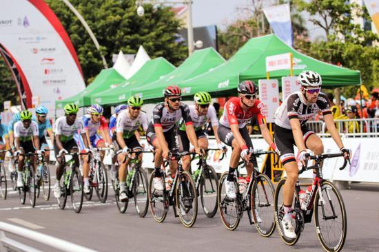绕圈赛第一圈车队选择一字型车阵前进