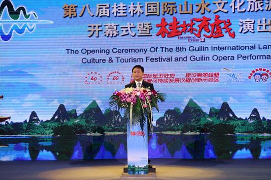 桂林市市长秦春成主持开幕式。(桂林日报记者唐侃 摄)