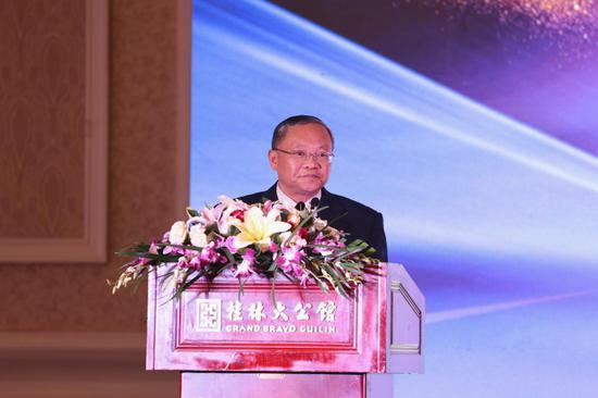 桂林日报社党组书记、社长覃澍上台致辞