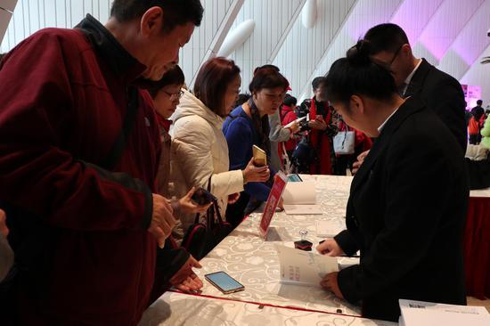 市民排队领取广西文化艺术中心纪念册