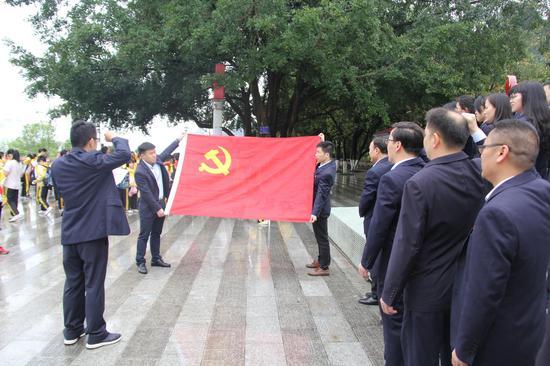 邮储银行河池市分行机关党支部组织清明公祭革命烈士扫墓活动