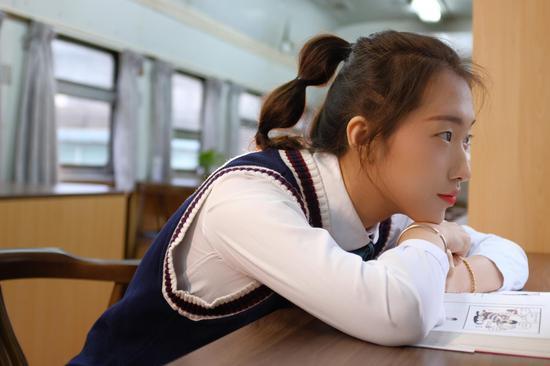 正在书吧看书的女生(黄舞杰摄)