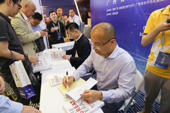 梁瑞安、傅海棠正在为读者签售新书《伟大的时代》。