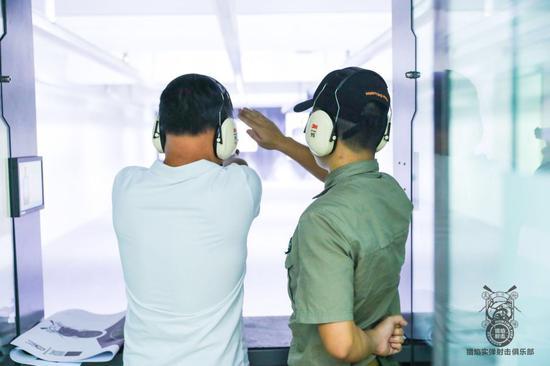 市民通过身份证登记即可参加实枪射击体验