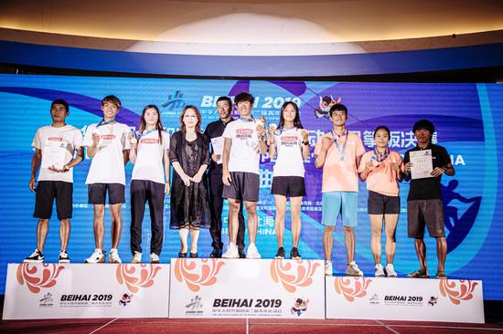 *北海市市委常委、宣传部部长、副市长黄江为获得第二届全国青年运动会团体风筝板项目前三名的运动员颁奖