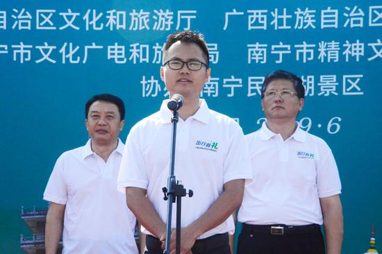 全国导游大师、南宁市优秀导游代表黄志康宣读倡议书 陈梓予/摄