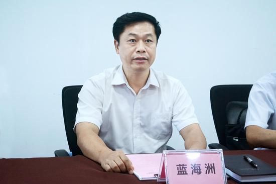 巴马瑶族自治县党委副书记、县长蓝海洲致辞陈梓予/摄