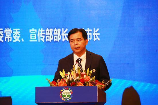 贺州市委常委、宣传部部长、副市长朱东主持。新浪广西 黄媛/摄