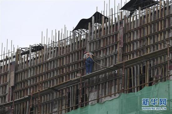 工人在大藤峡水利枢纽工程工地上捆扎钢管(8月10日摄)。新华社记者 曹祎铭 摄