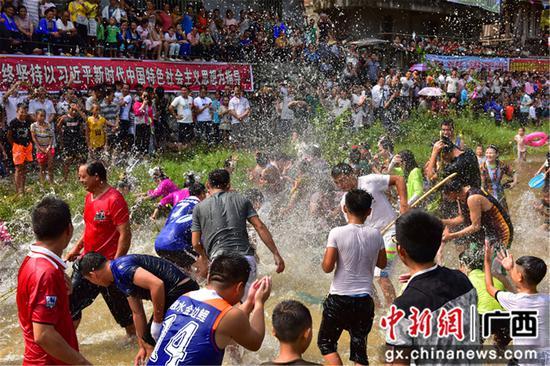 广西融水苗族自治县洞头镇甲朵村村民们在戏水抢鱼。