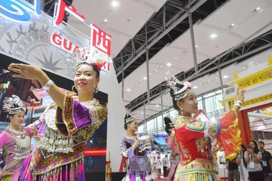 民族歌舞表演——《苗族盛装秀》