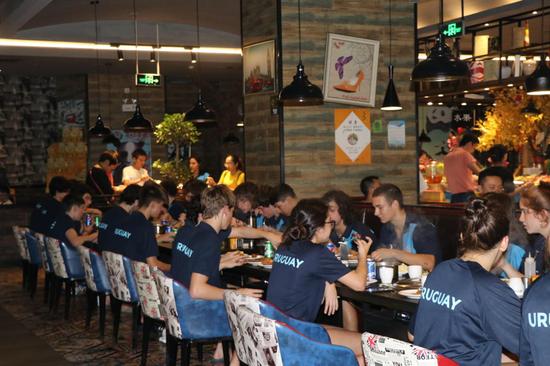 """海鲜烤肉晚餐现场,""""好好吃饭""""是此刻唯一主题。"""