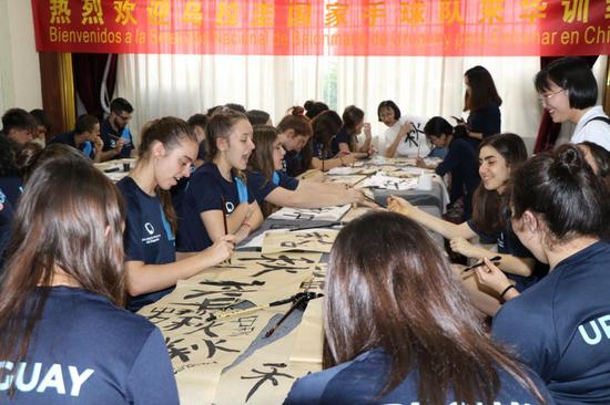 乌拉圭美少女:呀,原来我也会写中国字,太骄傲了!