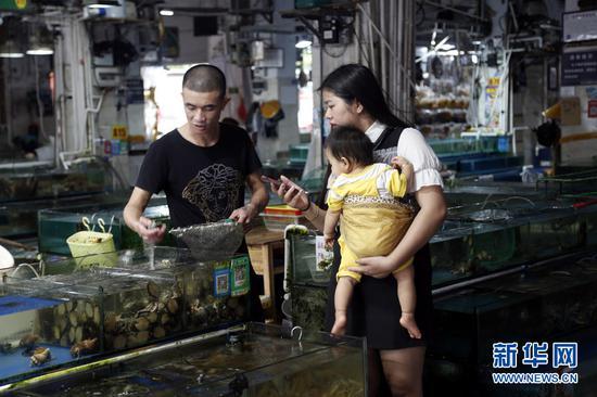 9月18日,广西北海红沙海鲜批发市场里,市民正在选购海鲜。