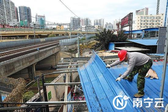 青秀区葛村美食城铁路沿线违建被拆除。通讯员蒋奇钊摄