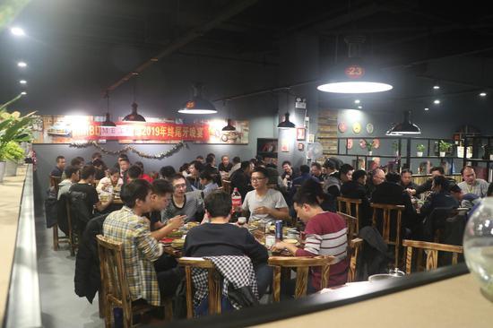 仙庙烧鸡餐厅内举行公司聚餐