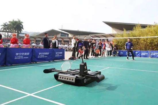 和机器人挑战羽毛球赢取新春礼物
