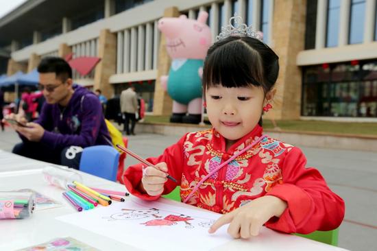 南宁市李宁体育园春节公益活动项目丰富,男女老少均可参与。图为历年活动中,小朋友参与互动。(资料图)