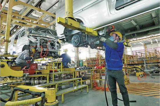 2月18日,广西汽车集团五菱工业公司专用车厂总装车间,技术工人正在组装疫情防控一线急需的医疗救护类和物流类专用车。从2月10日有序复产后,该厂已经向市场交付860多辆专用车。记者 谌贻照 摄