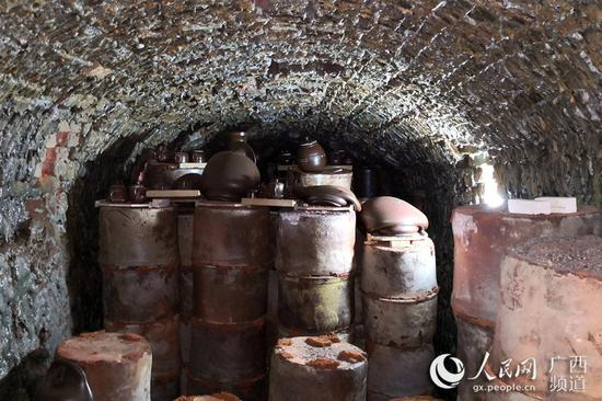 图为钦江古龙窑内烧制好的坭兴陶。曾开宏摄