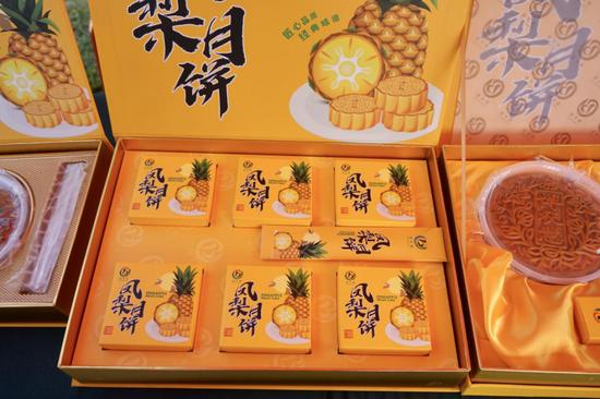 图为加工生产的凤梨月饼 (黄耀林/摄)