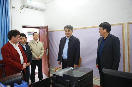 王军(右二)到指挥部慰问值守的工作人员 广西河池卫生健康委员会网站 图