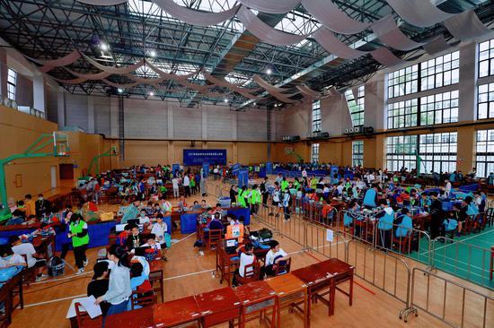 提素养 勇创新 争优异 展风采——桂林市举行中小学电脑机器人竞赛